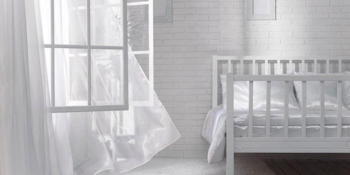 Открытое окно в спальне