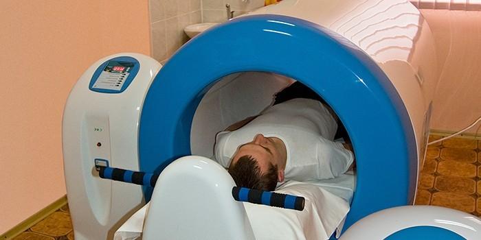 Человек в аппарате магнитотерапии