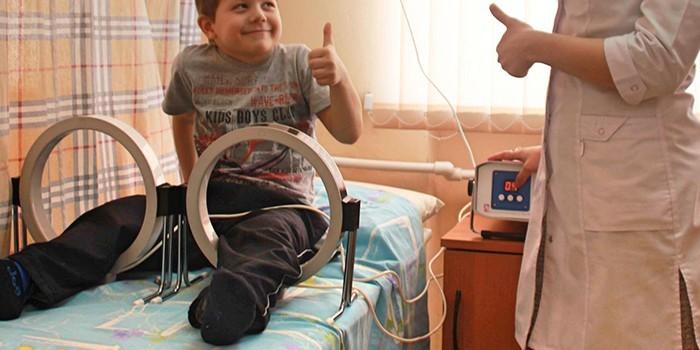 Ребенок на физиотерапевтической процедуре