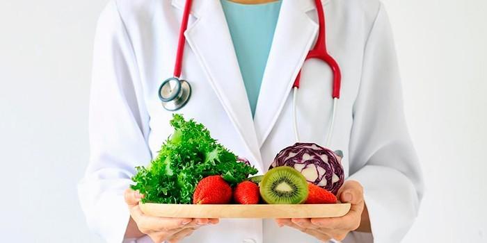 Врач с овощами и фруктами