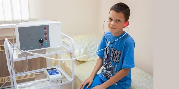 Мальчик на сеансе физиотерапии