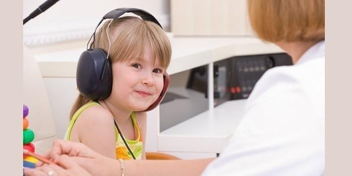Девочка проходит аудиометрию