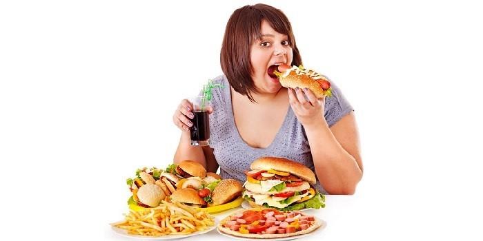Девушка ест фаст-фут