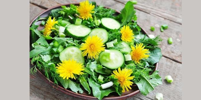 Салат из огурцов и одуванчиков