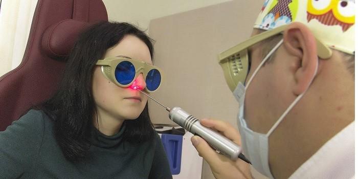 Врач проводит лечение лазером