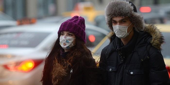 Молодые люди в масках