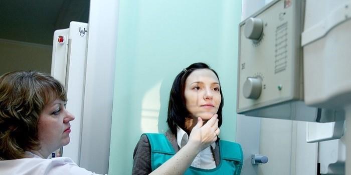 Девушка на рентген-исследовании
