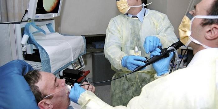 Пациенту делают бронхоскопию
