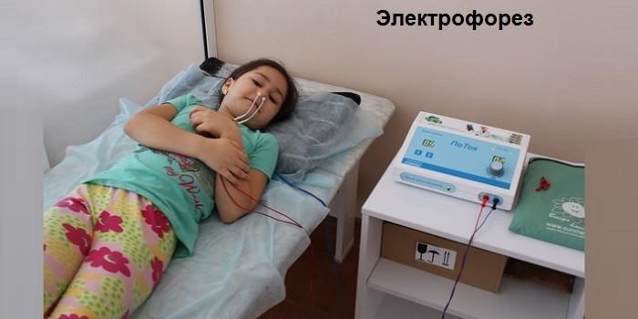 Девочка на сеансе электрофореза