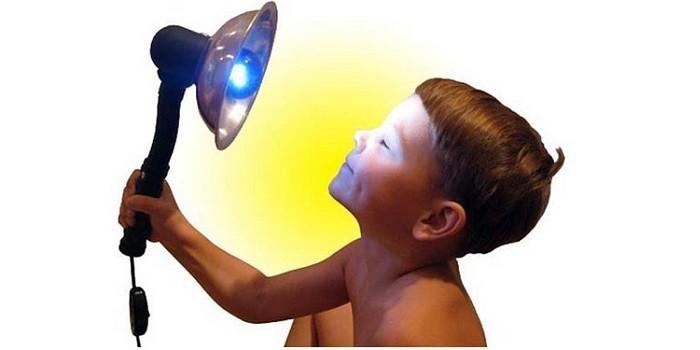 Мальчик с синей лампой