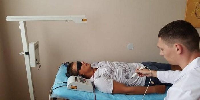 Пациент на процедуре лазерного кодирования