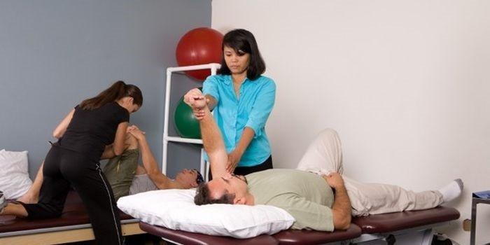 Пациенты на сеансе лечебного массажа