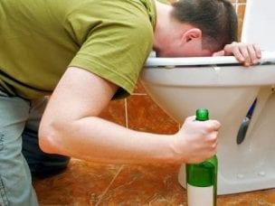 Рвота с кровью после алкоголя - возможные причины и лечение